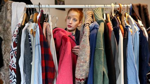 Jule Förster sortiert am 31.01.2017 in Oberhausen (Nordrhein-Westfalen) an ihrem Kleiderständer eine Jacke aus
