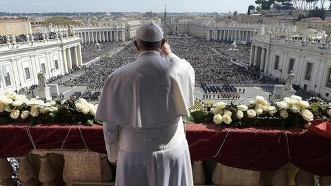 Papst Franziskus steht auf dem Balkon und spendet den Segen Urbi et Orbi