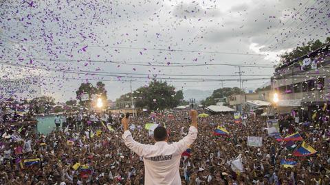 Javier Bertucci, evangelikaler Prediger und Präsidentschaftskandidat, spricht bei einer Wahlkampfveranstaltung.