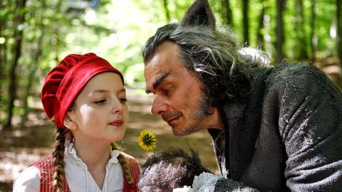 Rotkäppchen (Amona Aßmann) und der böse Wolf (Edgar Selge)v