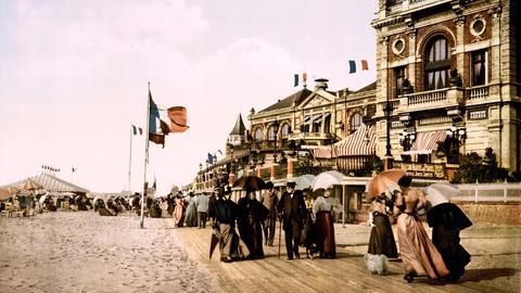 Promenade in Trouville, Normandie, um 1895