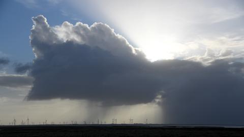 Dunkle Wolken ziehen am 06.10.2017 bei Reußenköge über den Himmel über Eiderstedt (Schleswig-Holstein).