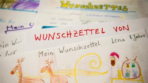 Der Wunschzettel eines Kindes liegt im Weihnachtspostamt im Hildesheimer Stadtteil Himmelsthür.