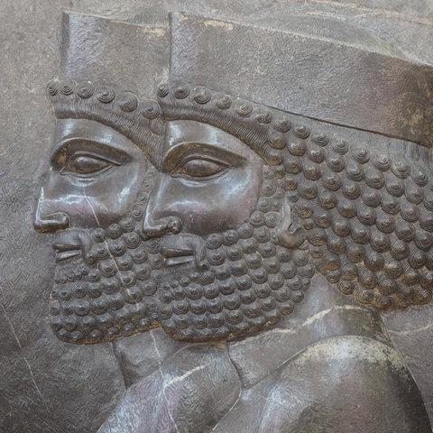 Detail einer Szene einer Audienz bei Darius I. oder Xerxes I., Relief in Persepolis, Iranisches Nationalmuseum, Teheran