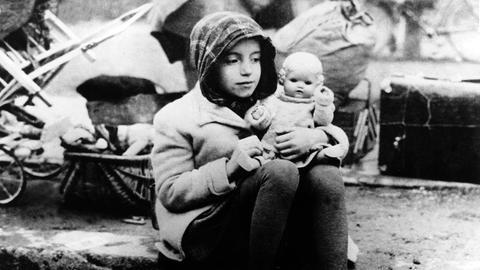 Kind aus einem Flüchtlingstreck am Ende des 2. Weltkriegs mit seiner Puppe