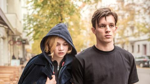 """Luna Wedler als Maxi und Jannis Niewöhner als Karl in einer Szene des Films """"Je suis Karl"""""""