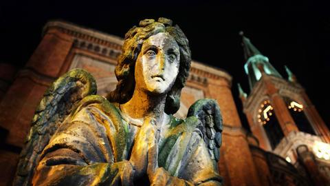 Ein betender Engel vor der Johanneskirche in Düsseldorf