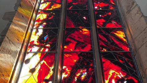 Ein Glasfenster von Max Uhlig in der Johanniskirche Magdeburg