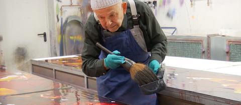 Max Uhlig bei der Arbeit im Glasstudio Derix