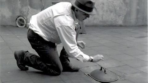 """Der Künstler Joseph Beuys bei seiner Kunst-Aktion """"Brennender Gully"""" aus dem Jahr 1969 (undatiertes Handout). Die dreiteilige Arbeit """"Beethovens Küche"""" schuf Beuys im Oktober 1969 für den Film """"Ludwig van"""" des deutsch-argentinischen Komponisten Mauricio Kagel."""