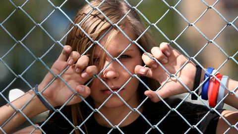 Teenager, Mädchen hinter Stacheldraht