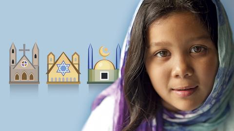 Mädchen mit Kopftuch und religiösen Symbolen
