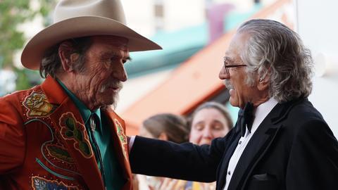 "Tommy Lee Jones als Duke Montana und Robert De Niro als Max Barber in einer Szene des Films ""Kings of Hollywood"""