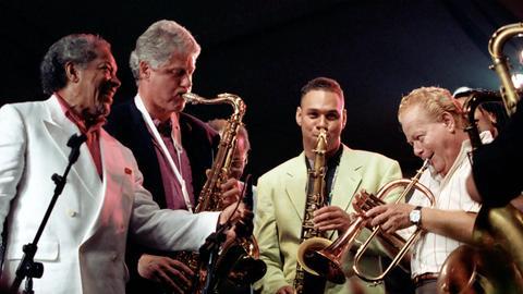 Präsident Bill Clinton spielt 1993 Saxophon im Weißen Haus.