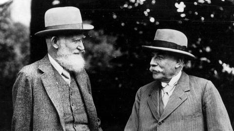 Sir Edward Elgar (rechts) im Gespräch mit George Bernard Shaw