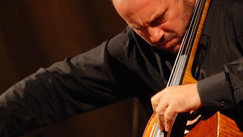 Enrico Dindo spielt Violoncello.
