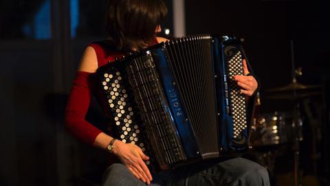 Eva Zöllner spielt Akkordeon.