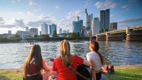 Clara, Nicole und Nora studieren Musik auf Lehramt an der Hochschule für Musik und Darstellende Kunst Frankfurt und musizieren gemeinsam am Mainufer.