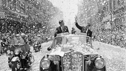 John F. Kennedy im Konfettiregen bei einem Staatsbesuch 1962 in Mexiko-Stadt