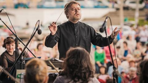 Mark Kadin dirigiert.