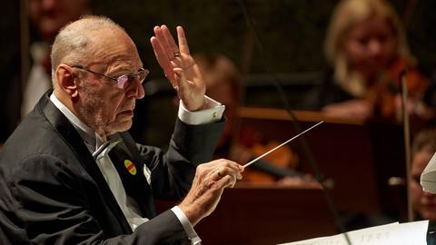 Michael Gielen dirigiert.