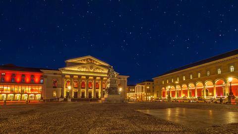 Der Max-Joseph-Platz mit Bayerischer Staatsoper und Palais Törring-Jettenbach bei Nacht