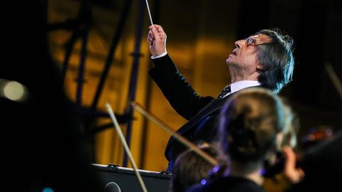Riccardo Muti dirigiert.