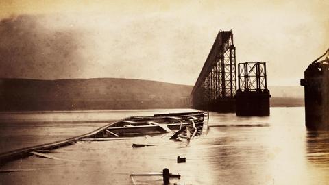 Der eingestürzte Mittelteil der Firth-of-Tay-Brücke kurz nach dem Unfall am 28. Dezember 1879.