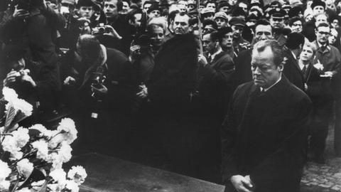 Bundeskanzler Willy Brandt kniet am 7. Dezember 1970 vor dem Ehrenmal in Warschau, das den Helden des Ghetto-Aufstands von 1943 gewidmet ist.
