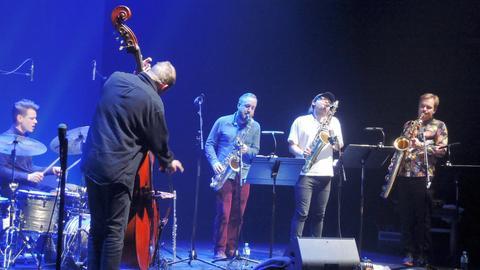 Die skandinavische Jazz-Combo Koma Saxo mit Christian Lillinger (dr.), Pedder Eldh (b.) und den Saxophonisten Jonas Kullmammar, Otis Sandsjö und Mikko Innanen