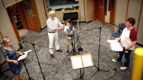 Letzte Regieanweisungen für die nächste Szene. (vlnr) Susanne Schäfer (Mama), Hans Helge Ott (Regie) Jakob Roden (Jannis), Sascha Nathan (Papa)