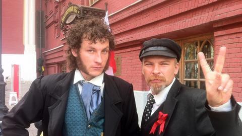 Doppelgänger von Puschkin und Lenin grüßen auf dem Roten Platz in Moskau.