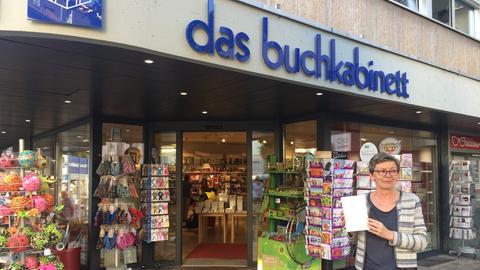 """Inhaberin Claudia Schläfke vor dem """"buchkabinett"""" in Erbach"""