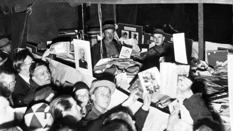 Bücherverbrennung 1933, undatierte Archivaufnahme zeigt den Transport von Bücher zur Verbrennung an einem ungenannten Ort