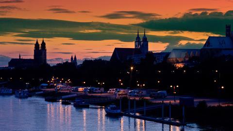 Die Silhouette von Magdeburg am Hochufer der Elbe mit dem Dom (l-r), Kloster Unserer Lieben Frauen, Johanniskirche, Petrikirche und Wallonerkirche aufgenommen im Abendlicht.