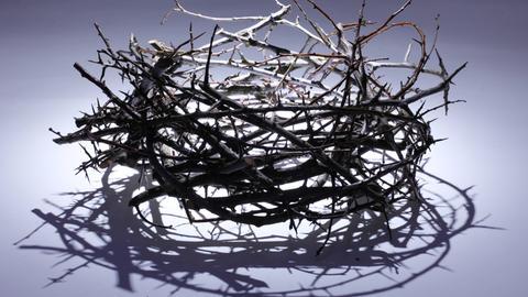 Dornenkrone: Die Evangelien berichten in Matthäus 27:29, Markus 15:17 und Johannes 19:2, dass Jesus von Nazaret von römischen Soldaten eine Krone aus Dornen aufgesetzt wurde.
