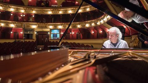 Matthias Frey spielt am Klavier