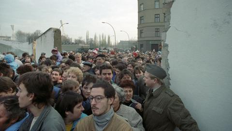 DDR-Bürger strömen durch den neuen Grenzübergang an der Bernauer Straße in den Westteil der Stadt.