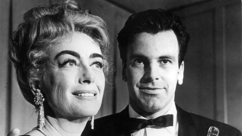 Die amerikanische Schauspielerin Joan Crawford überreicht im April 1962 den Oscar für den besten Darsteller an Maximilian Schell.