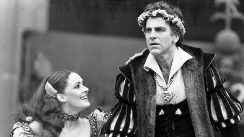 """Maximilian Schell als """"Jedermann"""" und Christine Buchegger als """"Buhlschaft"""" in dem Theaterstück """"Jedermann"""" bei den Salzburger Festspielen 1978."""