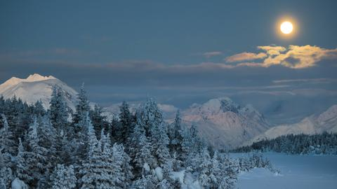 Mond über Alaska