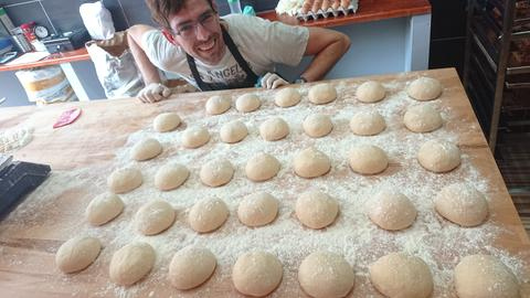 "Bäcker Moti in der Backstube von ""Morcolade"""