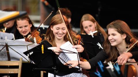 junge Musikschülerinnen mit Geigen, Musikschule Schwalm-Eder