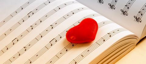 Rotes Herz auf Notenblatt