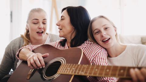 Mutter singt mit Töchtern