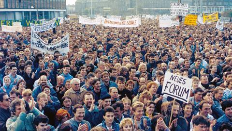 DDR-Bürger nahmen am 04.11.1989 an der ersten vom Volk ausgehenden genehmigten Demonstration in der DDR teil.