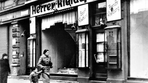 Zerstörtes jüdisches Geschäft in Novemberpogrom 1938 Reichspogromnacht Reichskristallnacht Juden Nationalsozialismus MagedburgMagdeburg, November 1938.