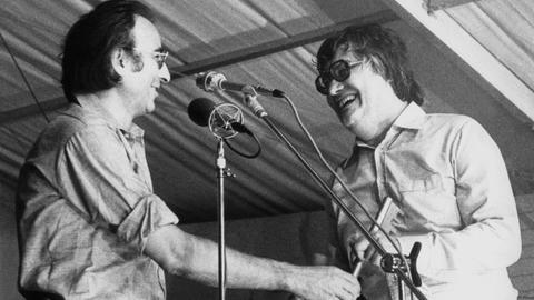 Peter Härtling (re.) und Peter Rühmkorf 1977 beim Stadtschreiberfest Bergen-Enkheim