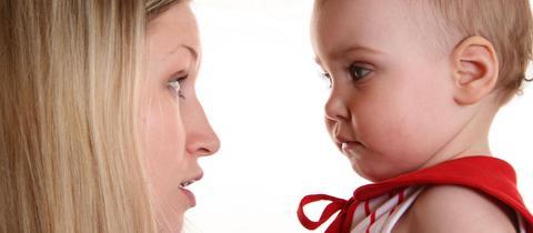 Mutter spricht mit ihrem Baby