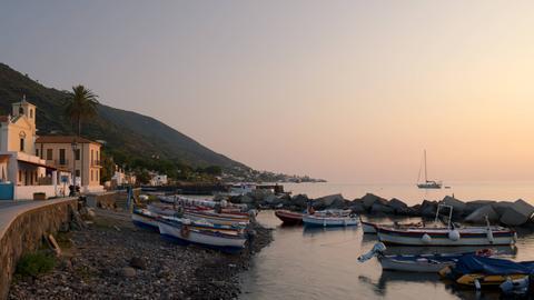 Fischerboote vor Lingua auf der Insel Salina.